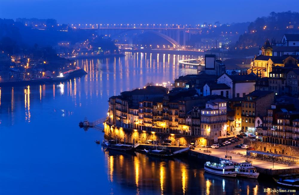 Night picture of Vila Nova de Gaia at night